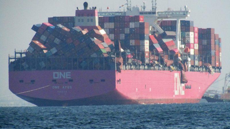 Chaos containerschip One Apus groot, lossen duurt maand, schade 200 miljoen