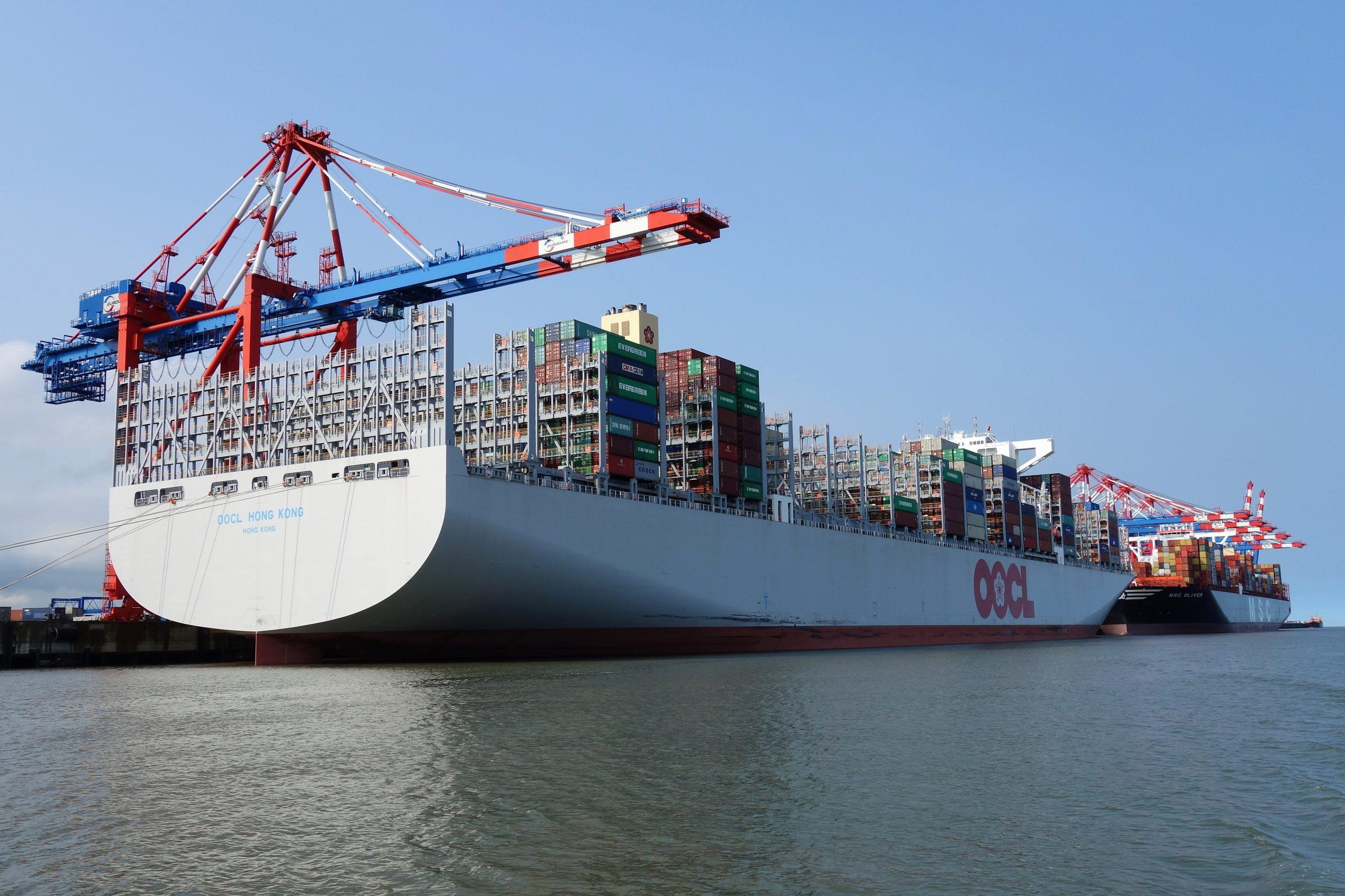 De OOCL Hong Kong (400 x 59 meter) was drie jaar geleden met 21.413 teu nog het grootste containerschip. (Foto Wikipedia)