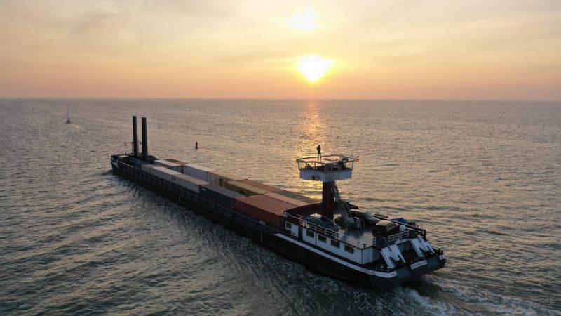 Het containerbinnenvaartschip Royaal test samen met TMA Logistics sinds eind november de zeilen van eConowind.