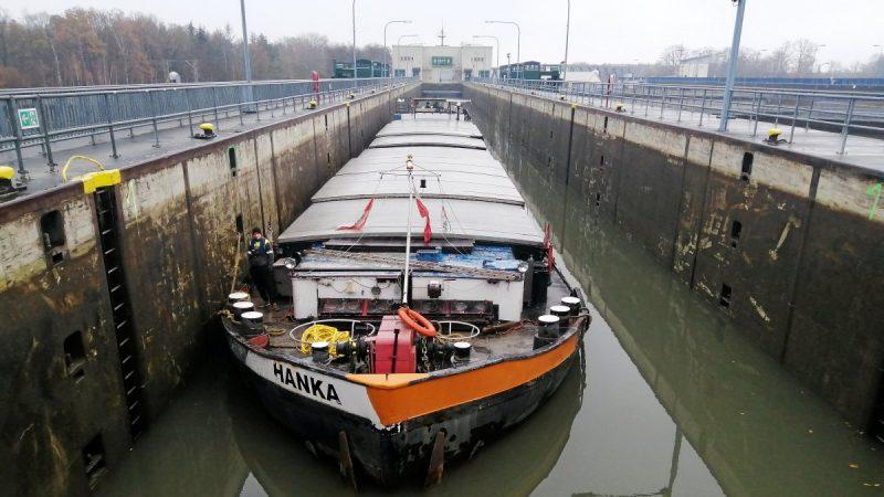 Een Duits schip is dinsdag tegen de gesloten sluisdeur van Sülfeld op het Mittelandkanaal gedreven. (Foto WSV)