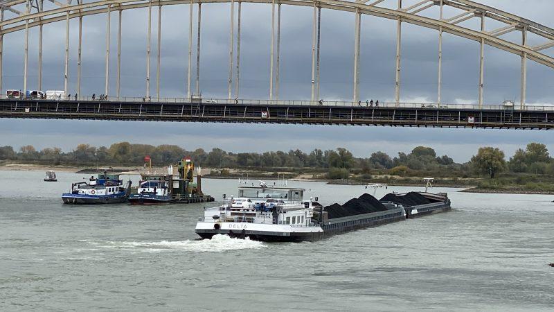 De krappe Waalbocht ter hoogte van de verkeersbrug van Nijmegen. (Foto Sander Wels)