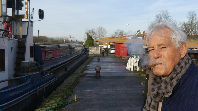 Barend Labee op de laadwal van de oude suikerfabriek van Zevenbergen. 'Ik kom uit een schippersfamilie, dus vandaar dat het nog steeds een zwak bij me heeft.' (Foto Heere Heeresma jr.)