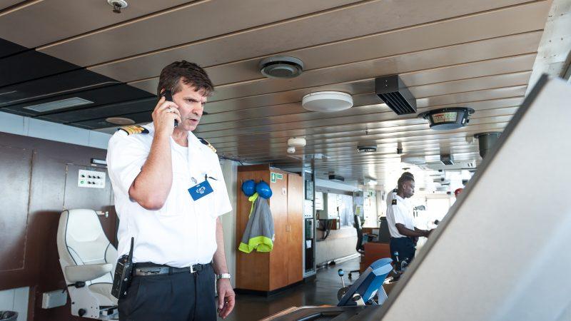 Kapitein Djurre Jan Schutte op de brug van de Africa Mercy.