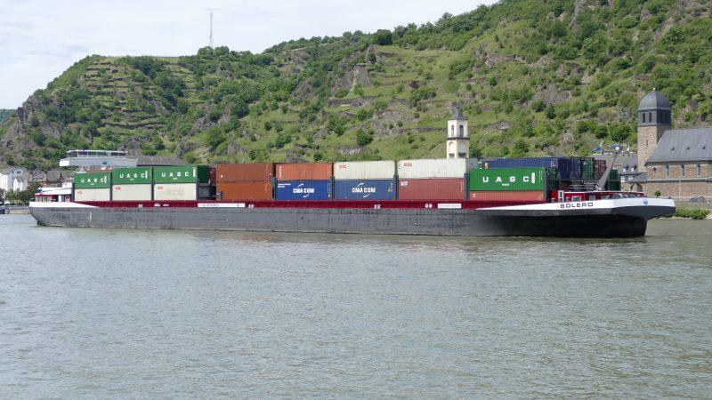 Het 400 teu containerschip Bolero op de Rijn bij Sankt Goar. (Foto Henry Platje)