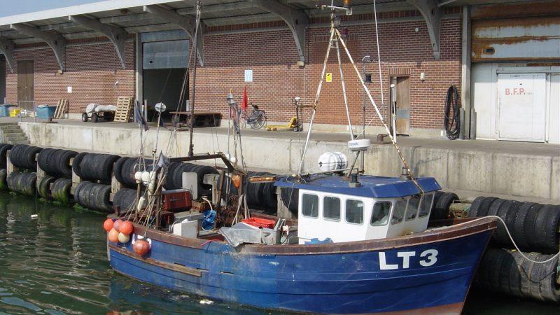 De Europese Unie heeft een voorstel van het Verenigd Koninkrijk rond visserij als concessie in het slepende brexitoverleg verworpen. (Foto W.M. den Heijer)