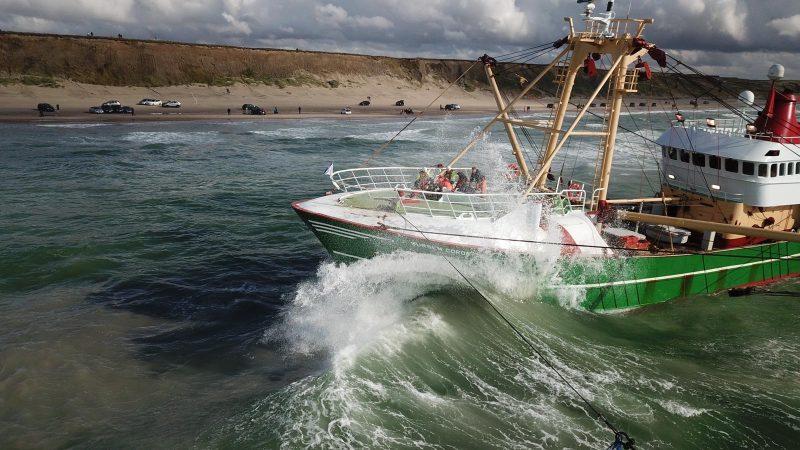 De UK-172 ligt er ellendig bij op het strand van Hirtshals. 'Elke avond stak de wind op en werden we 30 tot 50 meter het strand op gezet.' (Foto familie Romkes)