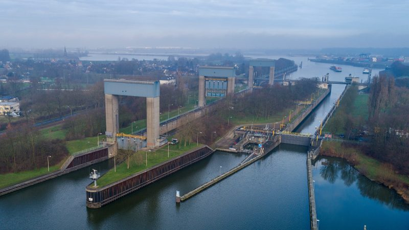Sluis Weurt is de verbinding tussen het Maas-Waalkanaal en de Waal