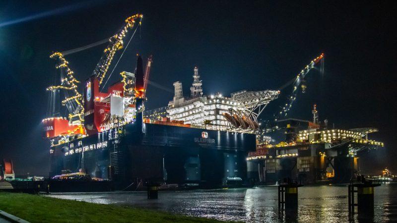 Diepwater-constructieschip Thialf arriveert op de Landtong, Noordzeeweg in Rozenburg