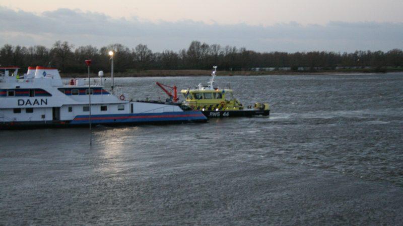 De duwboot Daan is donderdagmorgen rond 5.10 uur in de Waal ter hoogte van de Waaldijk in Opijnen tegen een krib aangevaren. (foto AS Media))