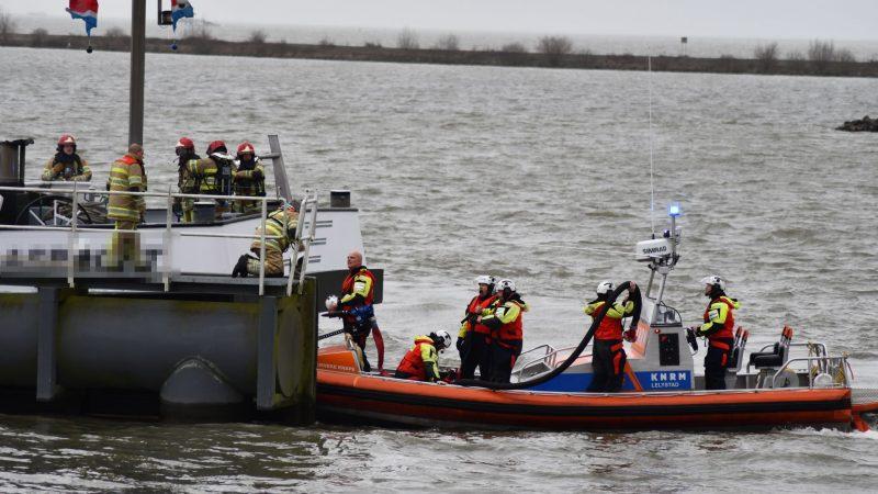De brandweer is vrijdagmiddag uitgerukt om een brand te blussen op een schip in Lelystad. (Foto AS Media)