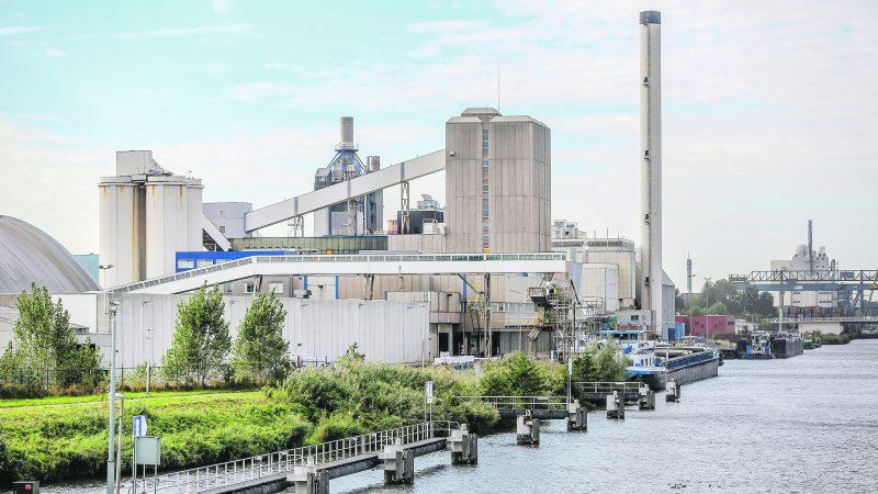 De schepen in de zoutpendel NPRC laden elk meer dan 70 keer per jaar bij de zoutfabriek in Hengelo. Foto NPRC