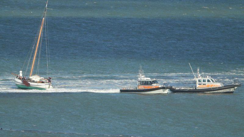 Twee boten van Rederij Noordgat tornen een platbodem van de Vleugeldam bij Terschelling (Foto Rederij Noordgat)