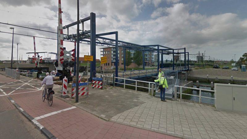 De gewraakte spoorbrug over de haven in Maassluis. (Beeld Google Maps)