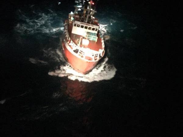 De trawler Souviens-Toi tijdens de evacuatie gezien vanuit de Caiman marinehelikopter. (Foto: Marine Nationale)