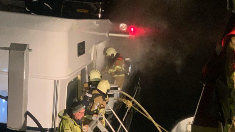 Brandweerlieden aan boord van de Challenger (Foto BST Dintelsas)