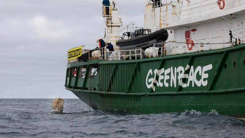 Greenpeace stort zwerfkeien tijdens een eerdere actie op de Noordzee (Foto Greenpeace)