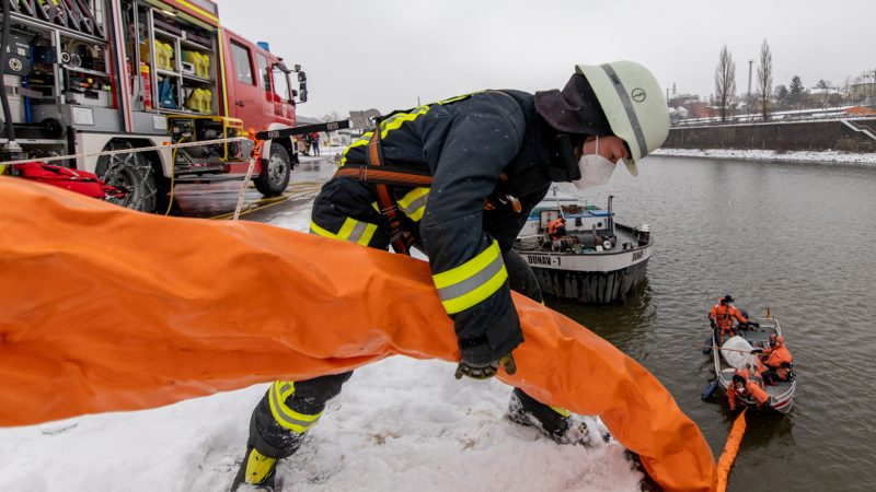 De brandweer legde uit voorzorg een oliescherm rond het schip. (Foto Brandweer Passau)