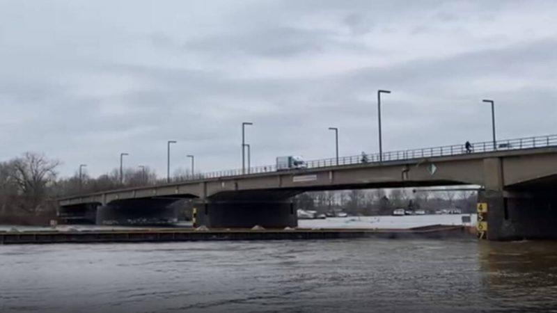 Geladen duwbak ramt pijler van de Maasbrug bij Roermond (Videostill)