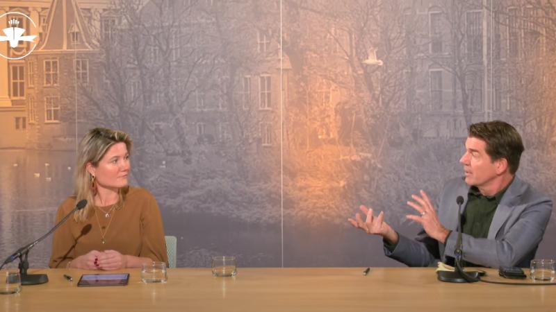 Annet Koster en presentator Twan Huys bij het Groot Maritiem Verkiezingsdebat. (Beeld uit video)