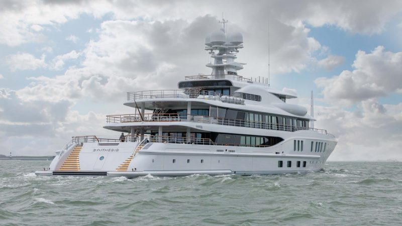 De Synthesis verlaat de werf van Damen Yachting in Vlissingen voor een wereldreis. (Foto Damen Yachting)