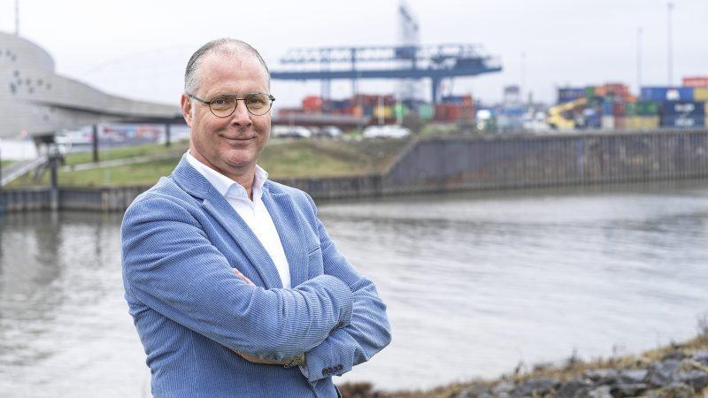 Desiré Savelkoul was kapitein in de containervaart en met Autena betrokken bij veel innovaties in de binnenvaart. 'Wij doen dingen die anderen niet doen. Dat is misschien niet de makkelijkste weg, maar wel de leukste.'