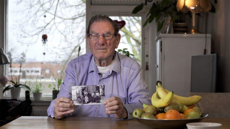 Kaaisjouwerszoon Wim van Megen vertelt geëmotioneerd over de herinneringen die hij heeft aan zijn vader (De Bult). (Foto Van Alphen)