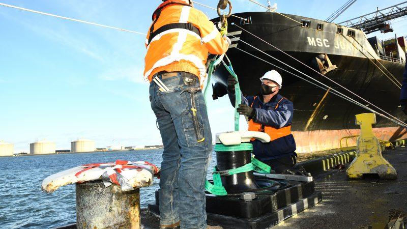De slimme bolder is inmiddels bij wijze van proef geïnstalleerd op de kade van de Hutchison Ports ECT Delta terminal op de Maasvlakte. (Foto Havenbedrijf Rotterdam)