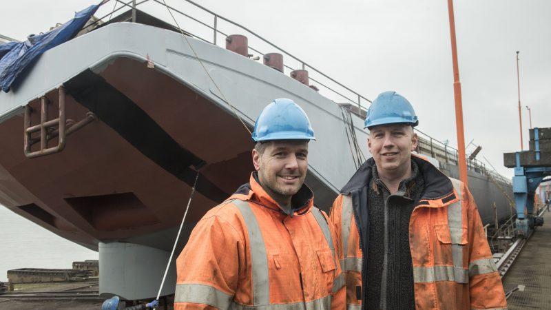 Adjunct-directeur Martijn van Haaren en bedrijfsleider Bas van der Weegen van Shipyard Millingen voor de kop van wat eerst nog een koppelverband was. (Foto Erik van Huizen)