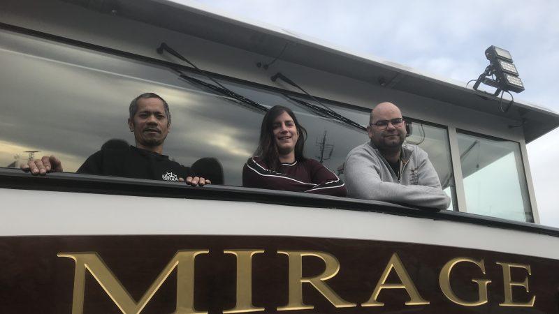 Matroos Celso, Arianne en Marinus Heuvelman op de brug van de Mirage. (Foto Hannie Visser-Kieboom)