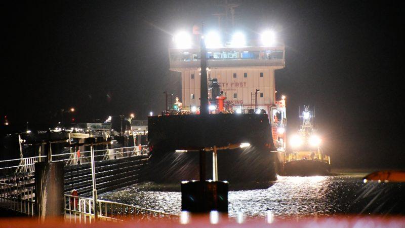 De tanker MT Aland meerde af in de voorhaven van het sluiscomplex van Hansweert om een gewonde opvarende zo snel mogelijk naar een ziekenhuis te krijgen. (Foto HV Zeeland)