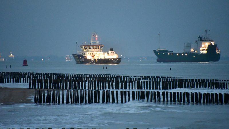 De KNRM-reddingboot Ulv brengt het ambulanceteam naar de Pollux, die intussen dicht onder de kust van Vlissingen voer. (Foto HVZ)