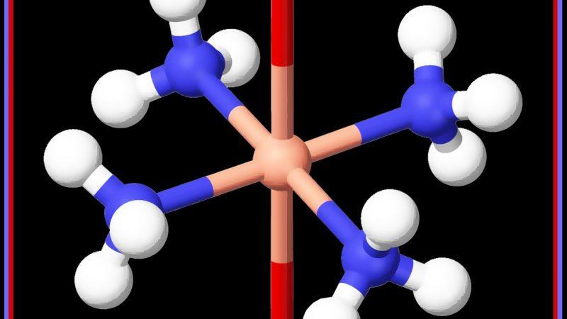 Koper en ammoniak trekken elkaar aan. Hierbij een verbinding tussen een koperatoom, vier ammoniakmoleculen en twee watermoleculen, samen genaamd di-aqua-koper-tetra-amine.