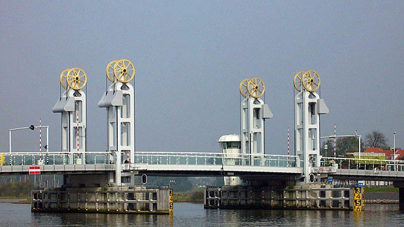 Het schip was afgemeerd in de binnenstad van Kampen. Op de foto de stadsbrug van Kampen. (Foto Wikipedia)