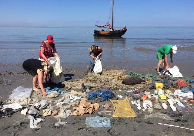 Met het project 'Stop plastic van Stad naar Wad' wordt onderzocht wat de beste methode is om plastic uit de zee te vissen. (Foto Doe eens Wad)