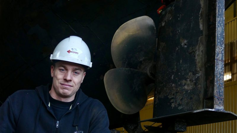 Nick Bos bij de schroef van de Tommy. 'We hebben een vloot waarmee we alles kunnen aanbieden.' (Foto Heere Heeresma jr.)