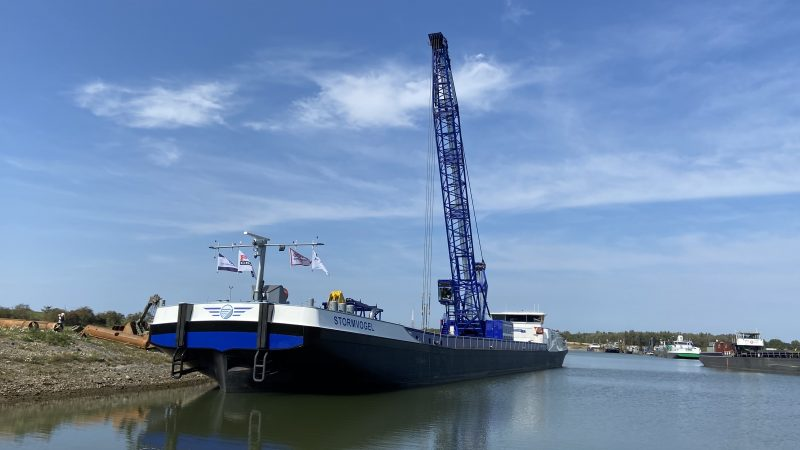De Stormvogel, een van de modernste kraan- annex beunschepen van Nederland. (Foto Oeverwerken)