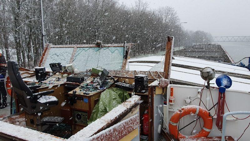 Sneeuw dwarrelt neer op het boord-instrumentarium, dat daar niet op is berekend. (Foto politie Duisburg)