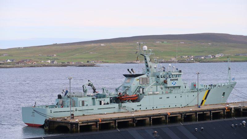 Het visserijpatrouillevaartuig Jura lag vrijdagmiddag 8 januari weer in Leith. (Foto W.M. den Heijer)