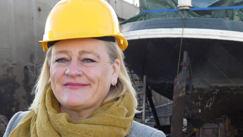 Marjoleine Post voor het afzinkbare dok van Scheepswerf Brouwer. 'Verstand van techniek heb ik niet. Je moet de processen begrijpen.' (Foto Heere Heeresma jr.)