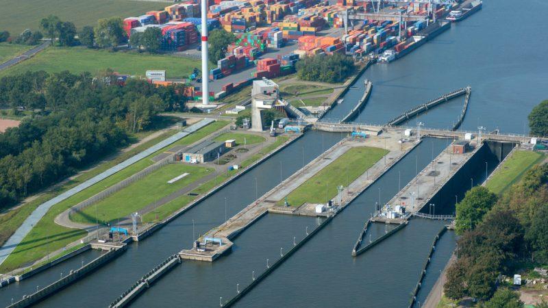 De sluizen op het Albertkanaal worden sinds vorig jaar 24/7 bediend. (Foto NT)