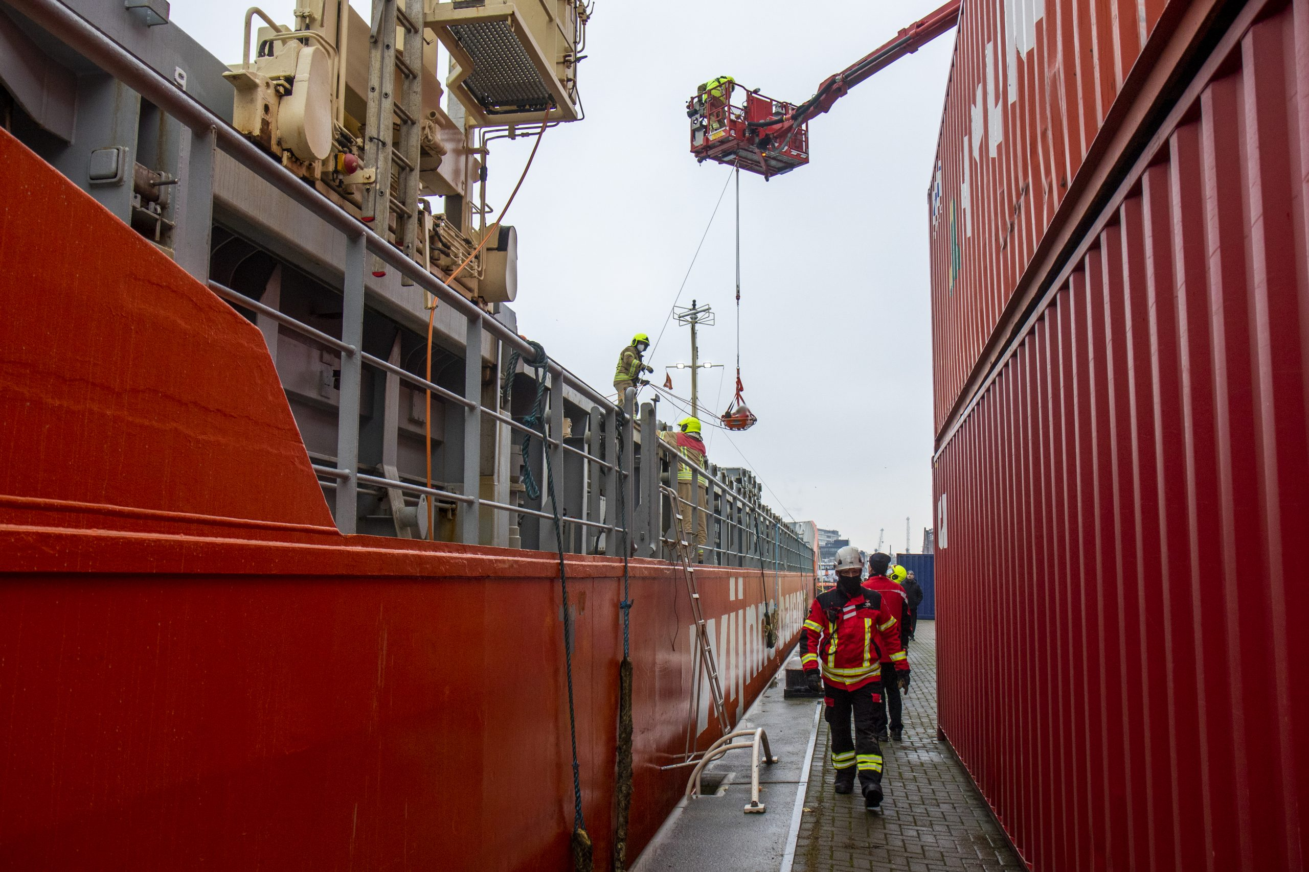 Hoogtereddingsteam brandweer redt man uit ruim van schip. Foto: Ginopress