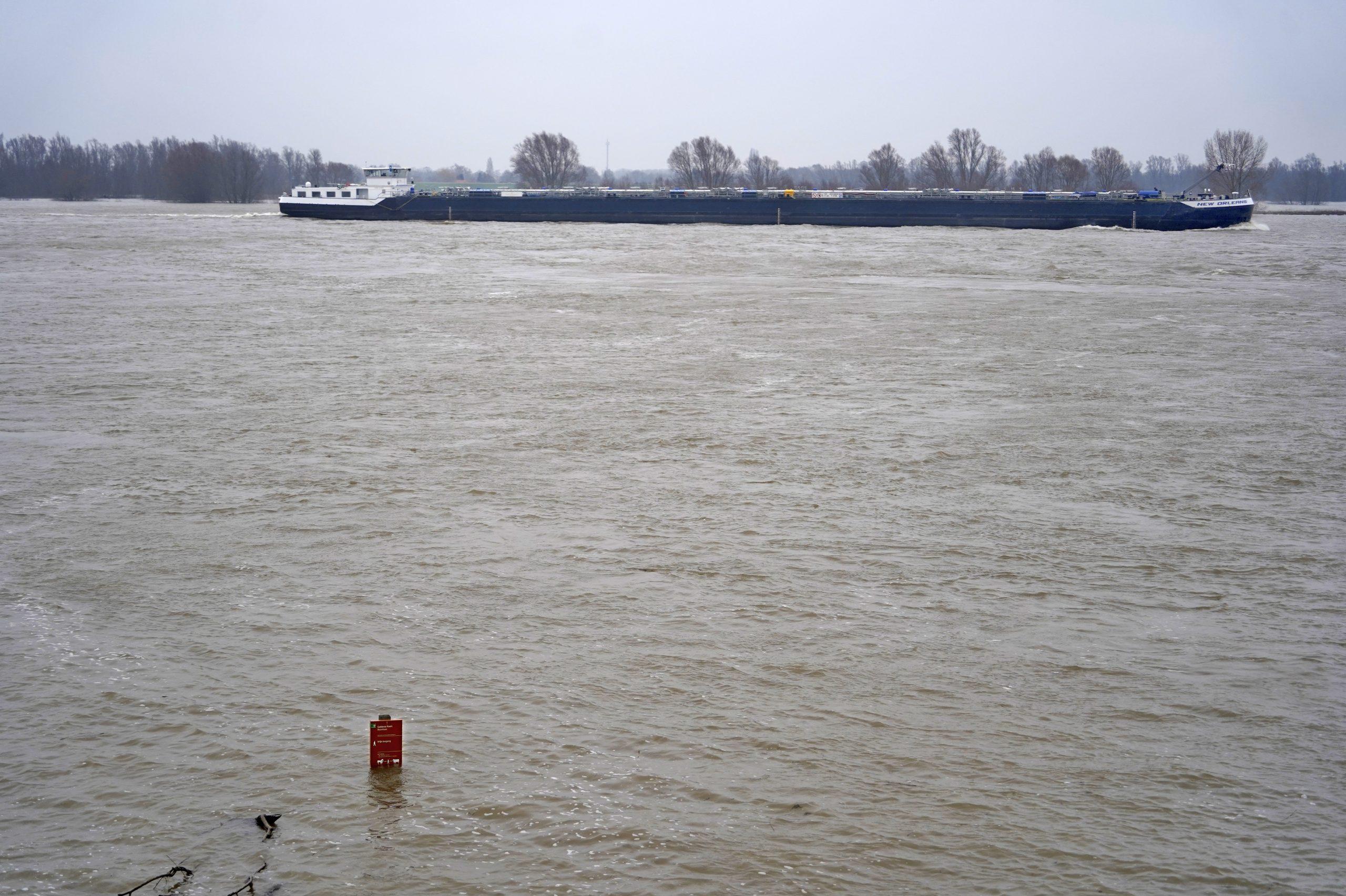 Het water van de Rijn en Waal stijgt nog maar langzaam. (Foto ANP)