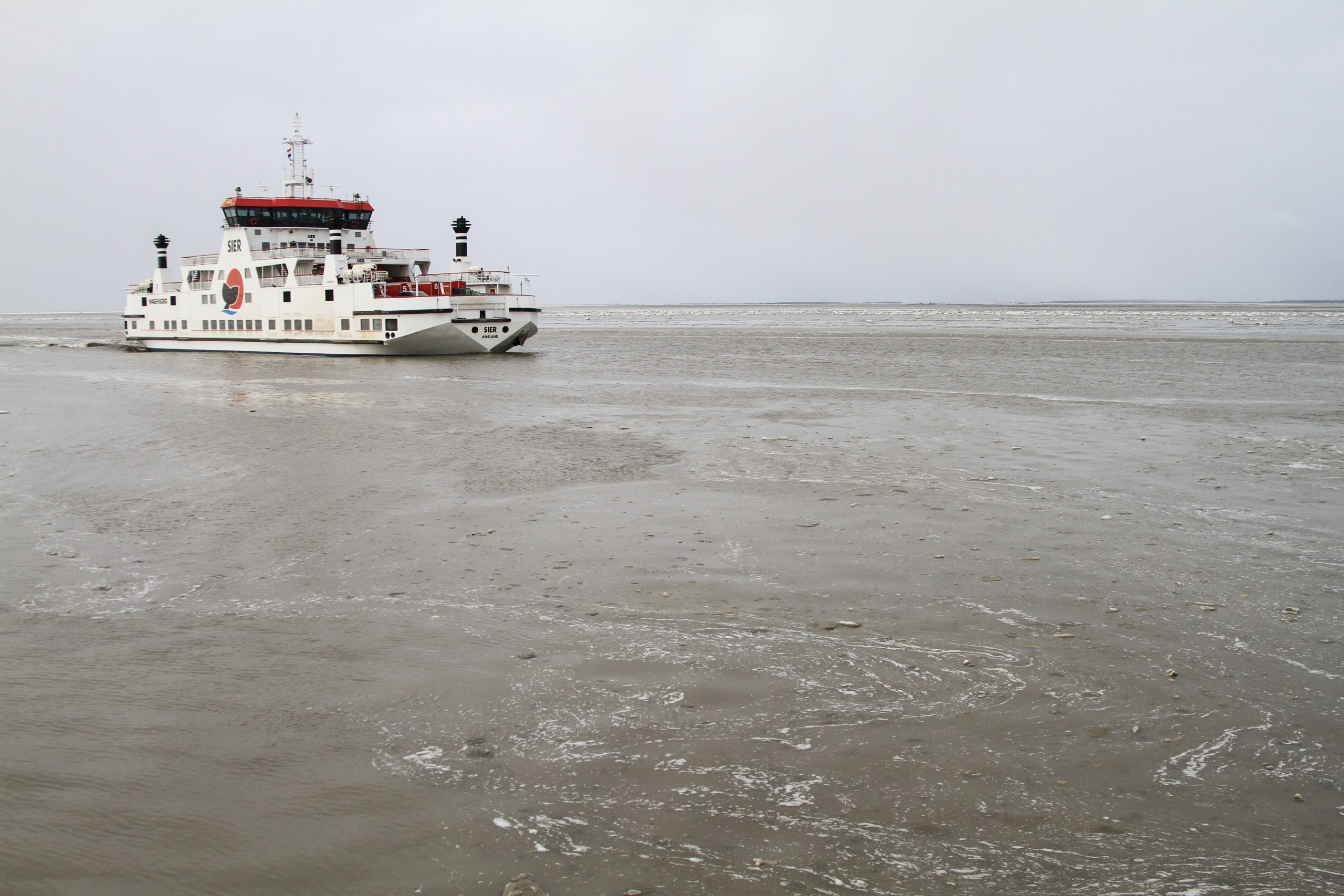 Rijkswaterstaat zet ijsbrekers in om de vaarwegen bevaarbaar te houden. (Foto ANP)