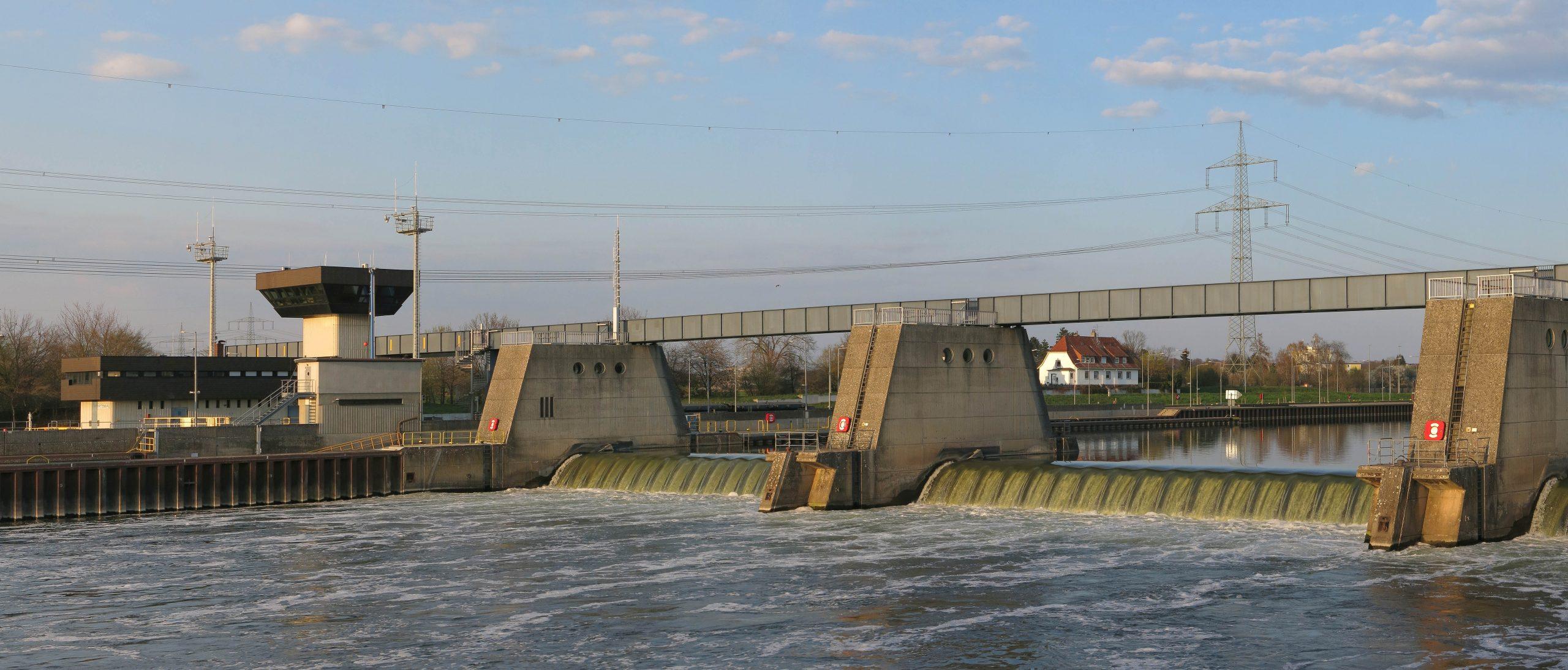 De stuw bij sluis Krotzenburg (Foto Wikipedia)
