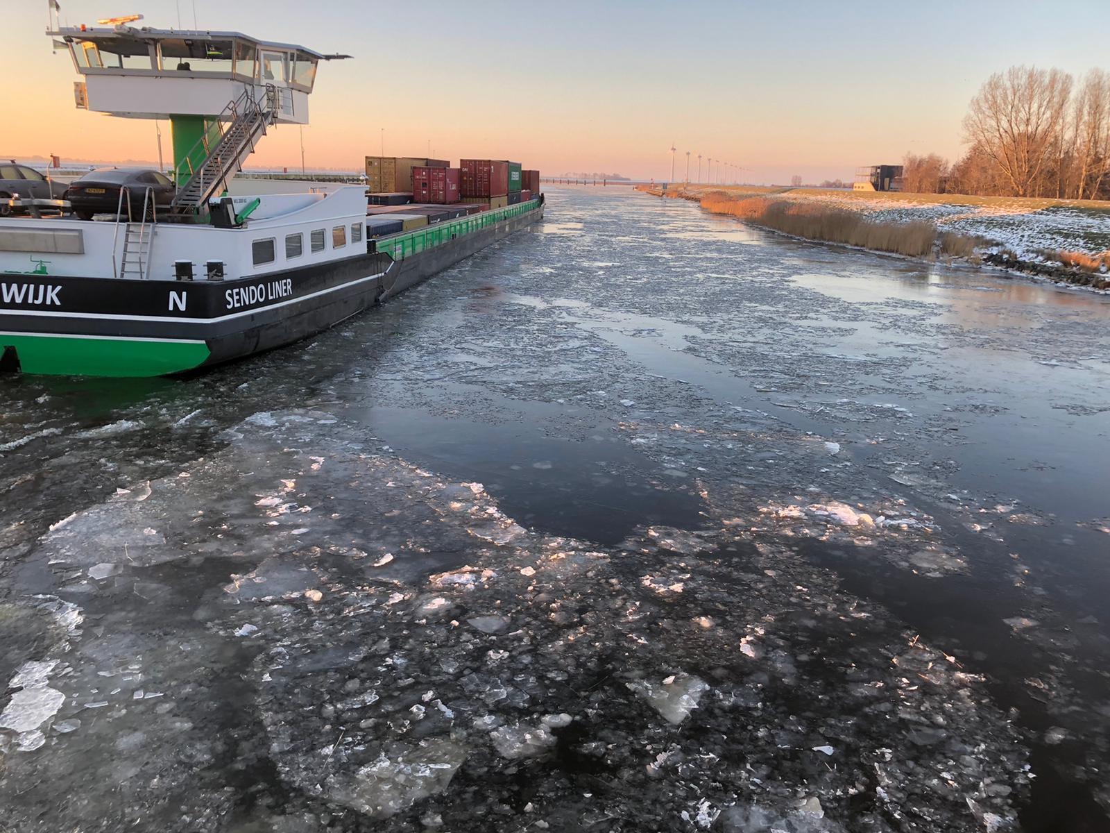 Door de inzet van ijsbrekers op de hoofdroute Lemmer-Delfzijl kon deze Sendoliner toch varen (Foto Rijkswaterstaat)