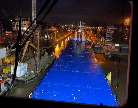 De toegang tot de sluis was versmald door een duwboot met ponton. (Foto WSP)