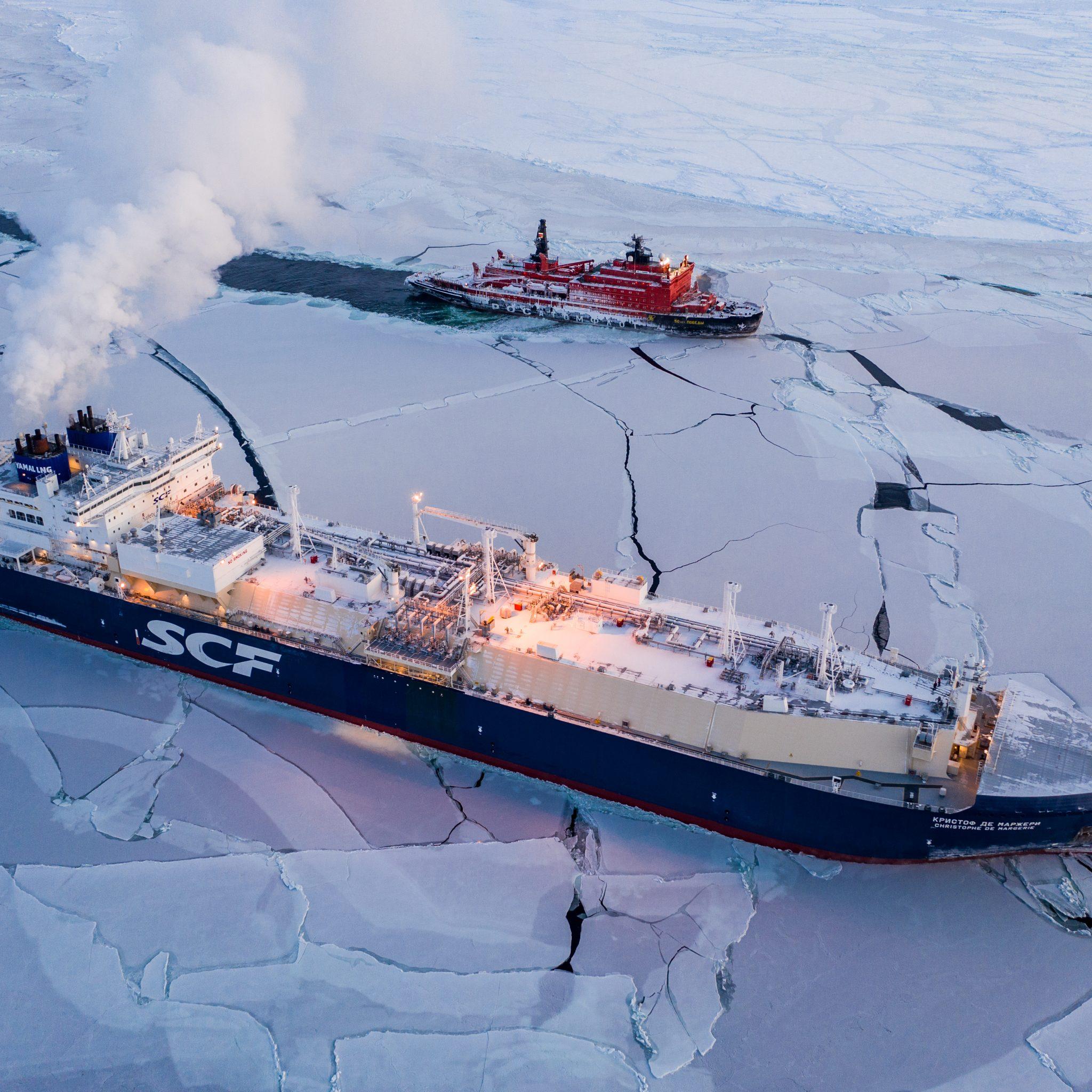 De grote LNG-tanker Christophe de Margerie baant zich een weg door het Poolijs, vergezeld door de Russische atoomijsbreker 50 Let Pobedy (Foto Sovcomflot)