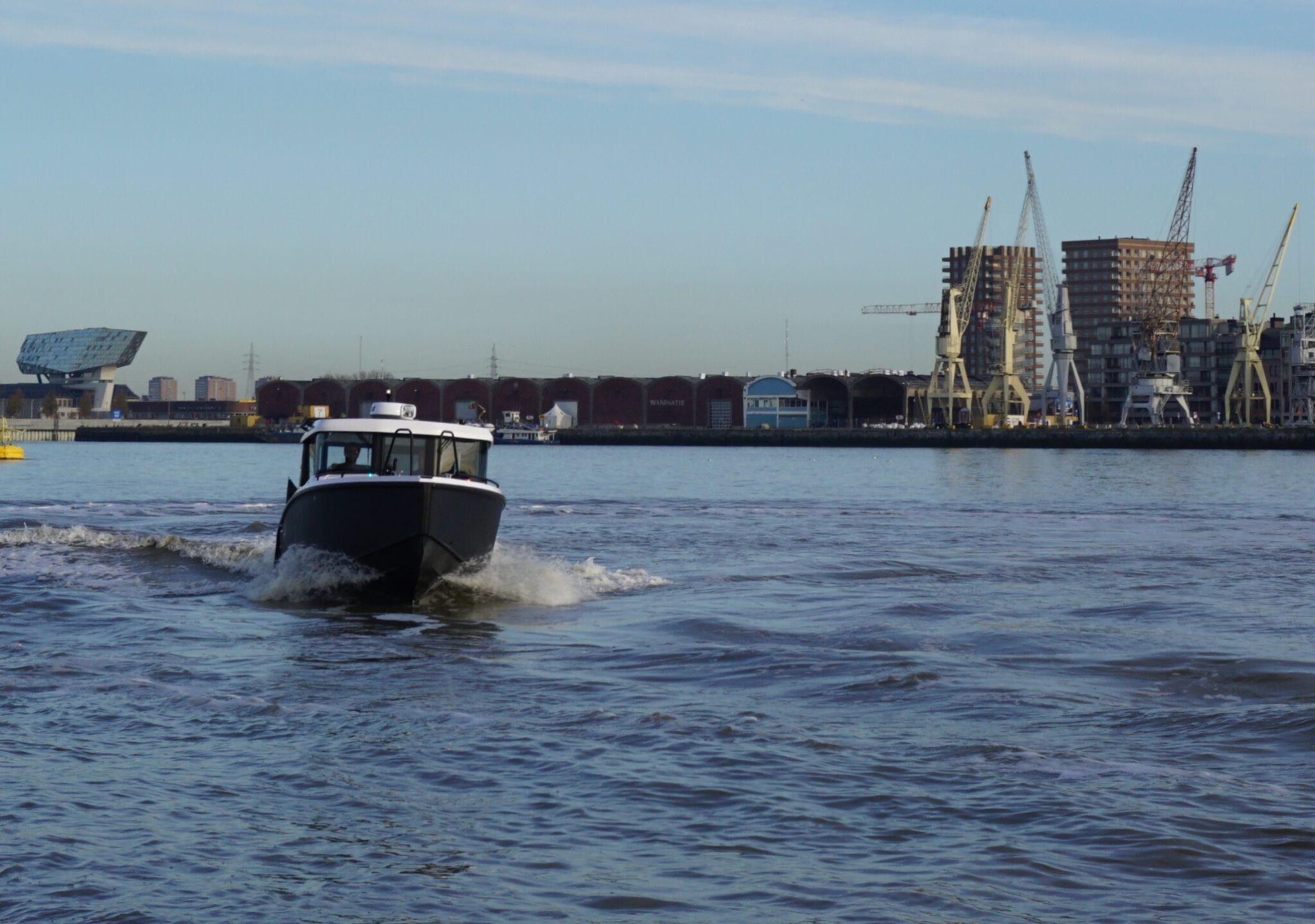 Een watertaxi van XO Boating op de Schelde bij Antwerpen (Foto XO Boating)