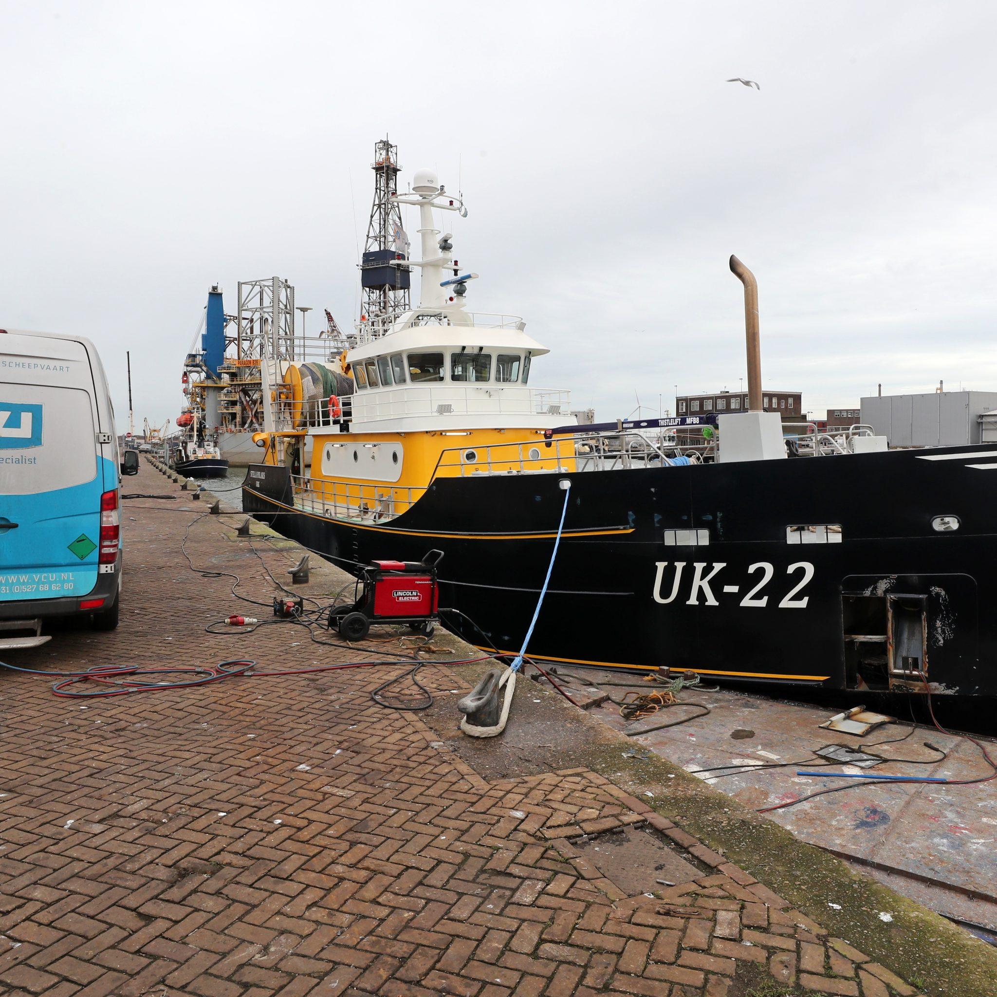 De UK-22 voor de kant in IJmuiden waar de schade door VCU-TCD zal worden hersteld. Foto: Bram Pronk