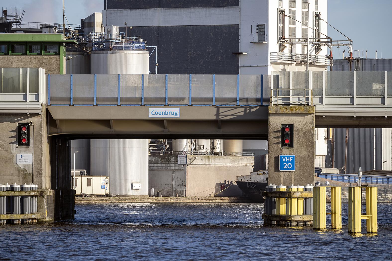 Door werkzaamheden wordt de doorvaarhoogte van de Coenbrug beperkt. (Foto Rijkswaterstaat)